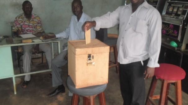 Un employé Lydia Ludic Burkina Faso vote