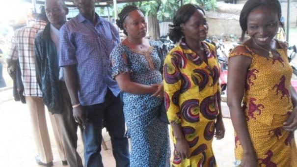 Les employés Lydia Ludic Burkina font la queue pour aller voter
