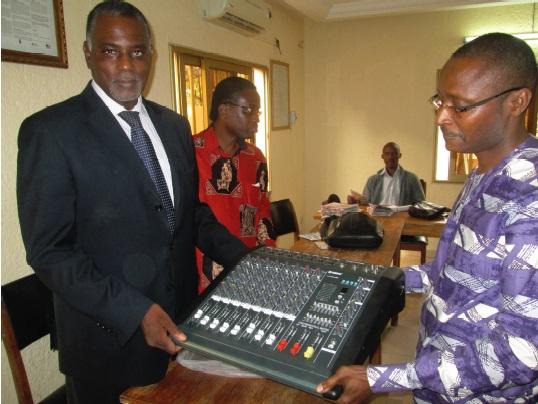 Don de matériels informatiques de la part de Lydia Luidc à la Maison de la presse de Lomé