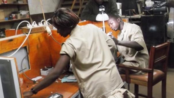 Les agents Lydia Ludic Burkina avec les tables de travail