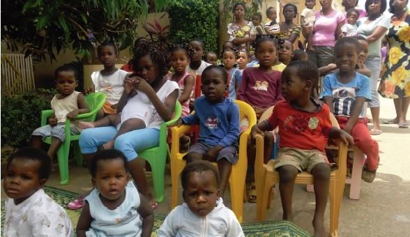 Les enfants de l'orphelinat la Providence attendent les cadeaux