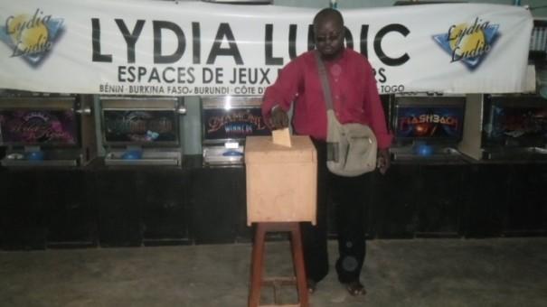 Un agent Lydia Ludic vote dans la région de l'Ouest