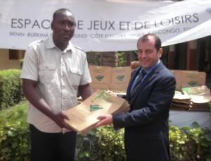 Le président de l'AIEC-Faso Mamadou Kouaté remet les sacs biodégradables à Pierre-Michel Pons, Directeur Général Lydia Ludic