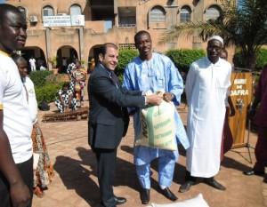 M. Pierre- Michel Pons remet les vivres au maire de l'arrondissement nº5 de Bobo-Dioulasso