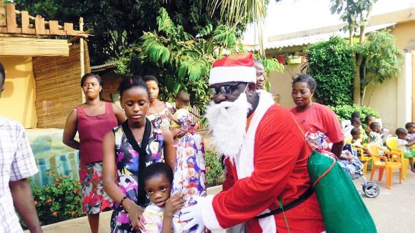 Un des enfants reçoit un cadeau de noëlº