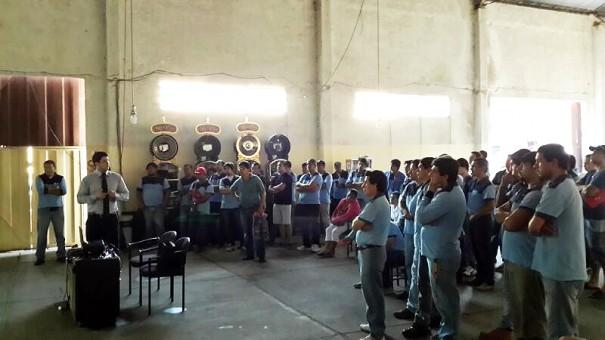 Les employés Lydia Ludic Paraguay pendant la remise des cartes
