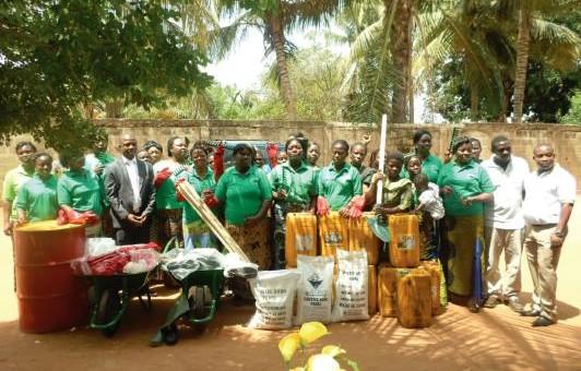Les membres de l'association pendant la remise de dons