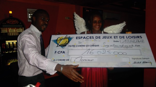 Remise du chèque par M. Toure