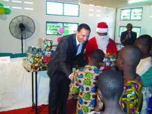 Alexandre Qader, DG de Lydia Ludic Togo remet les cadeaux aux orphelins