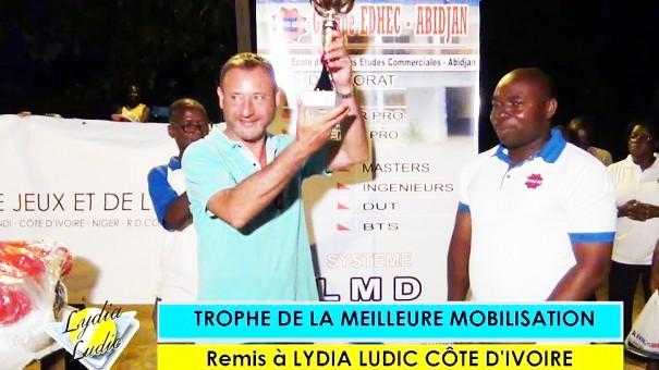 Michel Marin reçoit le trophée de la meilleure mobilisation décerné à Lydia Ludic Côte d'Ivoire