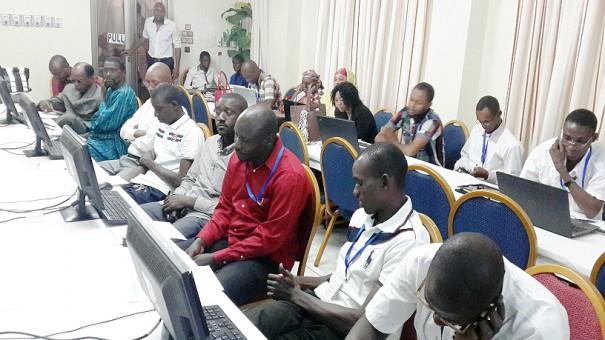Les agents Lydia Ludic Niger pendant la formation aux NTIC