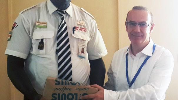 Jean-Pierre Chauvignac (à d.) fait un don à un des agents de Lydia Ludic Niger