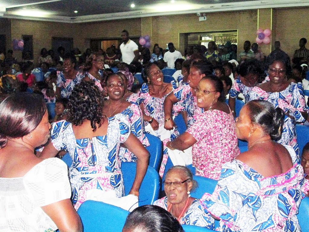 Pendant la Cérémonie de remise de don de la part de Lydia Ludic pour la journée internationale de la femme africaine