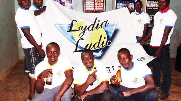 Les clients Lydia Ludic Burkina Faso avec l'équipe de la Caravane d'animations