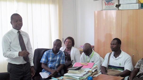 Francis Matchame, Directeur Général des Ressources Humaines de Lydia Ludic Togo, forme les agents de l'entreprise
