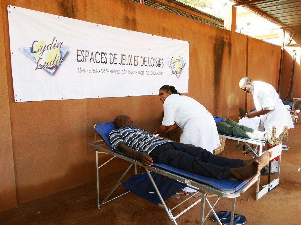 Un employé Lydia Ludic Burkina Faso donne son sang