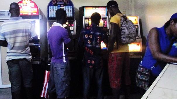 Les clients du bar Base, partenaire de Lydia Ludic à Lomé