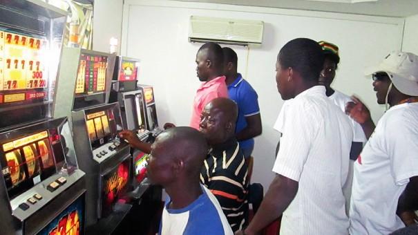 Les clients du bar Santa Victoria à Lomé avec l'équipe Lydia Ludic Togo