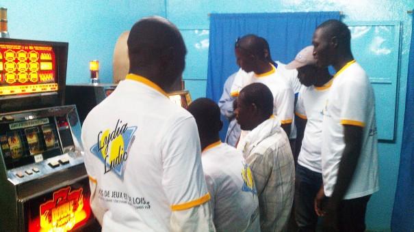 Nombreux sont les clients qui assistent aux animations Lydia Ludic Burkina Faso
