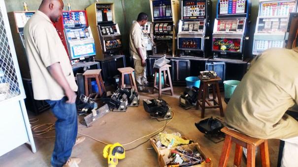 Les techniciens Lydia Ludic font briller les machines de jeux