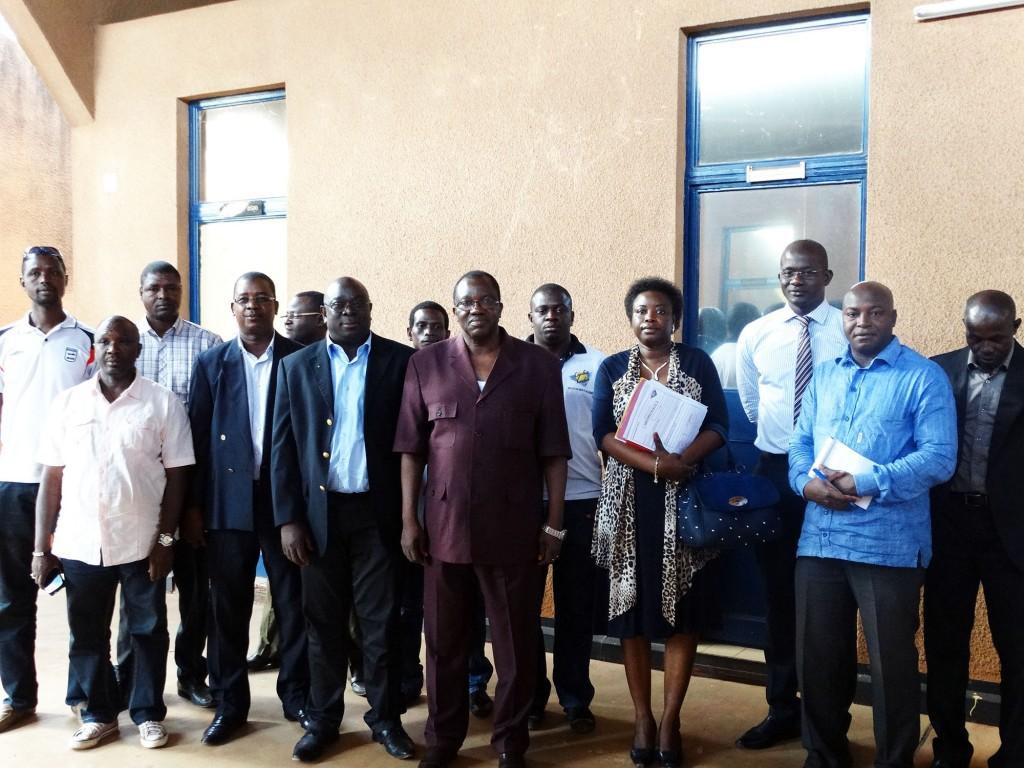 Photo de groupe lors de la remise du don Lydia Ludic aux hôpitaux burkinabé