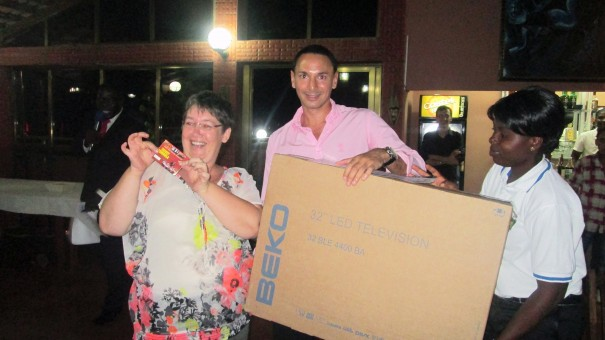 M. Alexandre QADER, Directeur Général de Lydia Ludic Togo, remet le 1er prix de la tombola de l'UFE