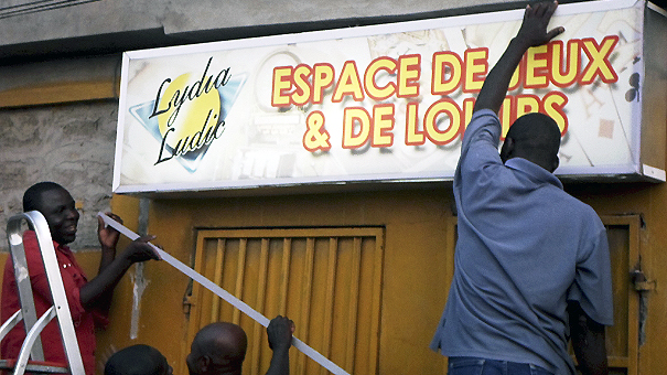 Pose de l'enseigne Lydia Ludic à l'Espace de Jeux et de Loisirs Air Océan, à Lomé