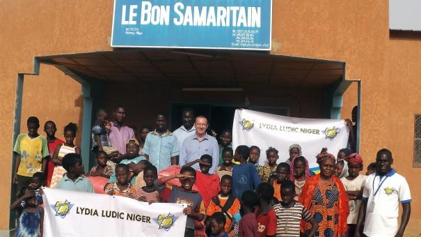 Lydia Ludic Niger vient en aide à l'orphelinat Le Bon Samaritain