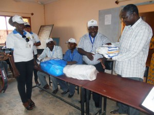 Lydia Ludic Burkina Faso fait un don aux Aveugles et Malvoyants de Bobo-Dioulasso