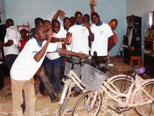 Animation Spéciale Bonus de 4 semaines dans l'Espace de Jeux et de Loisirs Lydia Ludic du quartier Sinyiri à Ouagadougou :  un client gagne le jackpot et un vélo-panier