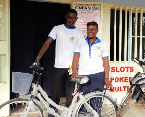 Animation Spéciale Bonus dans l'Espace de Jeux et de Loisirs Lydia Ludic du quartier Pissy à Ouagadougou :  un client gagne le jackpot et un vélo-panier