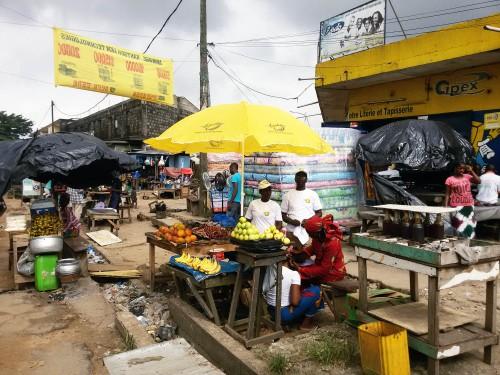 Lydia Ludic Côte d'Ivoire fait don de parasols aux commerçants d'Abobo - Mai 2015
