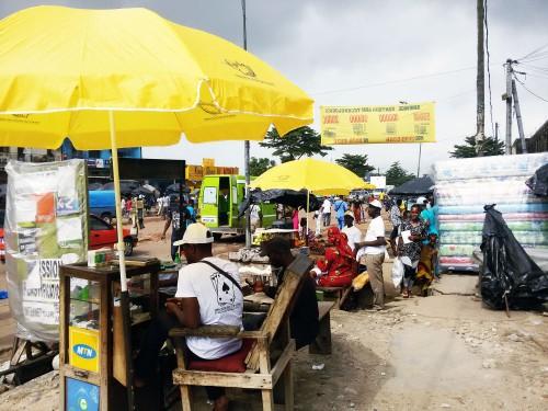 Lydia Ludic Côte d'Ivoire a fait don de parasols aux commerçants du quartier Abobo, à Abidjan Nord