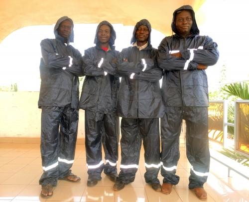 Les agents Lydia Ludic Burkina Faso de la région de l'Ouest ont reçu des imperméables pour faire face à la saison des pluies