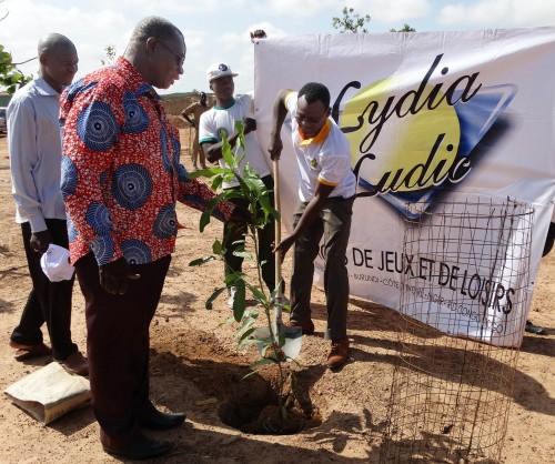 Lydia Ludic Burkina Faso plante un arbre pour sauver la nature