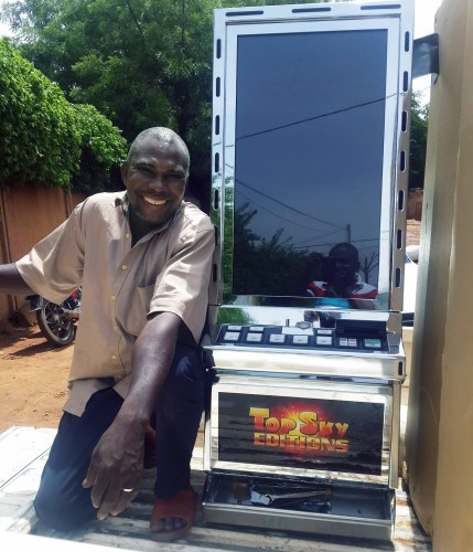 Un agent Lydia Ludic Niger met en place les nouvelles machines Impéras