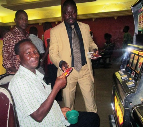 2015-07- Lydia Ludic Togo animation tombola salle Dekon à Lomé 2