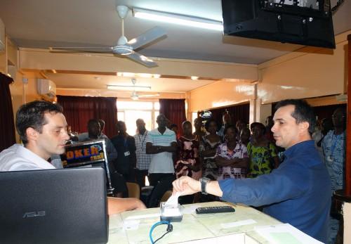 Lydia Ludic Burkina Faso forme ses agents aux nouvelles machines Cash Less dans l'Espace de Jeux et de Loisirs Lydia Ludic du quartier Kamsongin de Ouagadougou