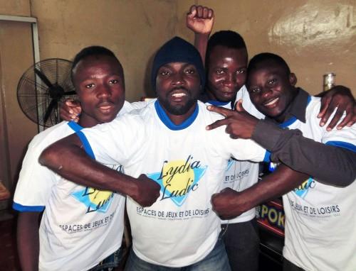 Divertissement avec les agents de Lydia Ludic Togo dans le bar partenaire Carrefour, dans le quartier Agoè de Lomé