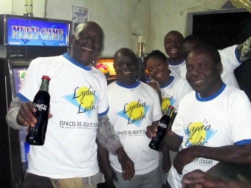Animation Lydia Ludic Togo de l'Espace de Jeux et de Loisirs situé dans le bar partenaire Kiss Cool, dans le quartier Avenou de Lomé