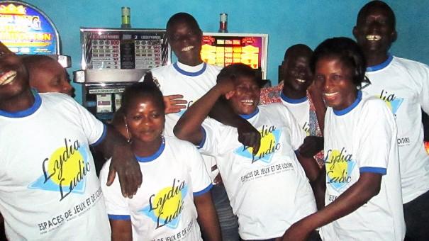 Animation Lydia Ludic Togo de l'Espace de Jeux et de Loisirs situé dans le bar partenaire La Licorne, dans le quartier Agoè Campbir de Lomé