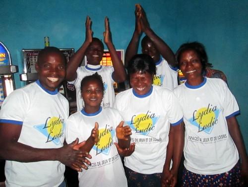 Divertissement avec les agents de Lydia Ludic Togo lors de l'animation du bar partenaire La Licorne, dans le quartier Agoè Campbir de Lomé