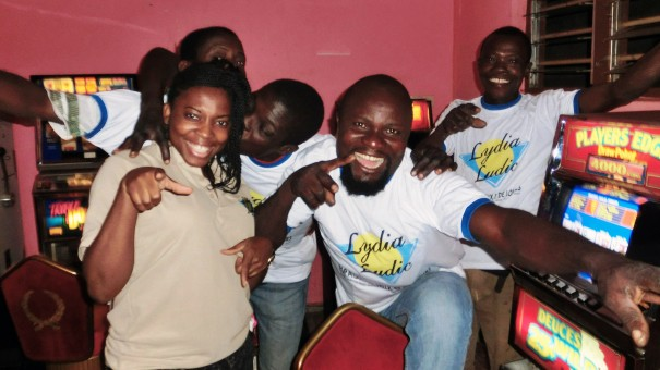 Animation Lydia Ludic Togo de l'Espace de Jeux et de Loisirs situé dans le bar partenaire Viva, dans le quartier Agoè de Lomé