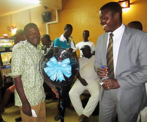 Un des vainqueurs de la Tombola organisée par Lydia Ludic Togo dans son Espace de Jeux et de Loisirs du quartier Agoe Nyivé à Lomé