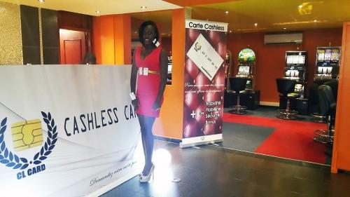 Miss Cash Less de Lydia Ludic Côte d'Ivoire et un client de la société, lors de la présentation du système Cash Less dans l'Espace prestige Biétry