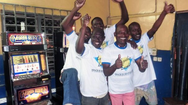 Animation Lydia Ludic Togo de l'Espace de Jeux et de Loisirs situé dans le bar partenaire Jeunesse, dans le quartier Agoè de Lomé