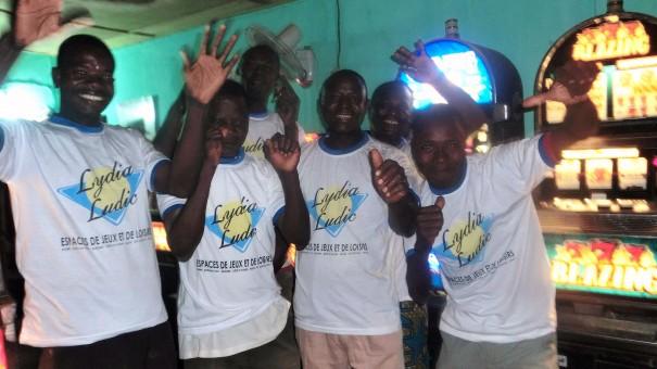 Animation Lydia Ludic Togo de l'Espace de Jeux et de Loisirs situé dans le bar partenaire Wisdom House, dans le quartier Agoè-Assiyeye de Lomé