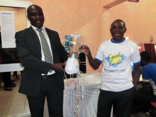 Un des vainqueurs de la Tombola organisée par Lydia Ludic Togo dans son Espace de Jeux et de Loisirs du quartier Akodesséwa à Lomé