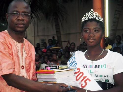 Lydia Ludic Togo a fait un don de kits scolaires aux enfants de Kouve