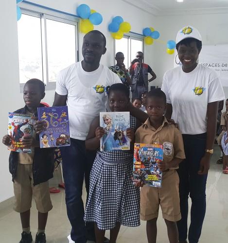 Lydia Ludic Côte d'Ivoire a fait don d'une bibliothèque remplie de livres aux enfants de l'école primaire Grâce Divine